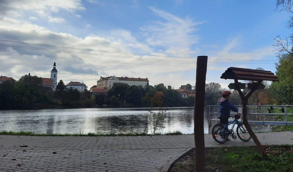 Kam s dětmi v Praze: Výlet vlakem do Kolovrat a pak na kole do Říčan